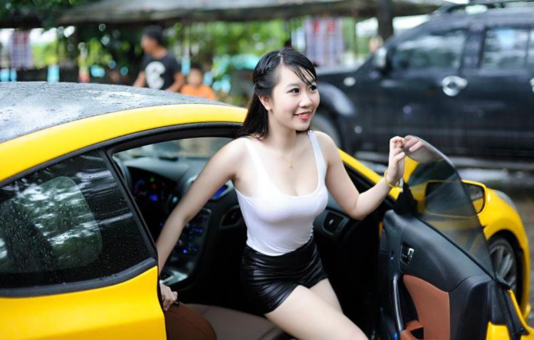 hotgirl nu pham khoe nguc cang mong dep ben sieu xe