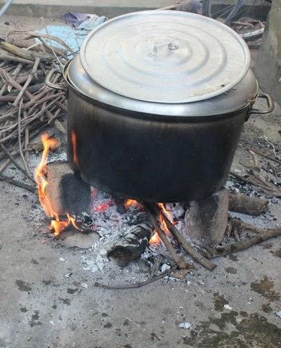 Thường người dân hay dùng củi khô và to để nấu bánh