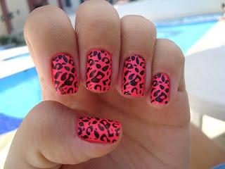 animal print sare na noktima