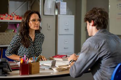 Bia ( Juliana Knust ) conversa com Rodrigo ( Nicolas Prattes ) e tenta entender o comportamento do rapaz. Crédito: Globo/Estevam Avellar