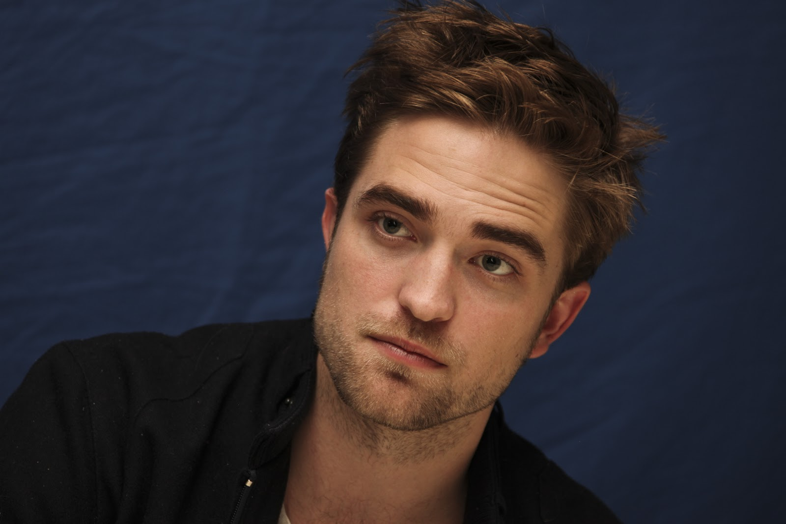 http://2.bp.blogspot.com/-bGuwEiYtT6g/UM-6M762sZI/AAAAAAAATe8/zZRu1uBCv9o/s1600/-Breaking-Dawn-Press-Conference-Portrait-Session-robert-pattinson-26696490-2560-1707.jpg