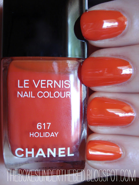 Chanel Le Vernis nail polish Holiday swatch