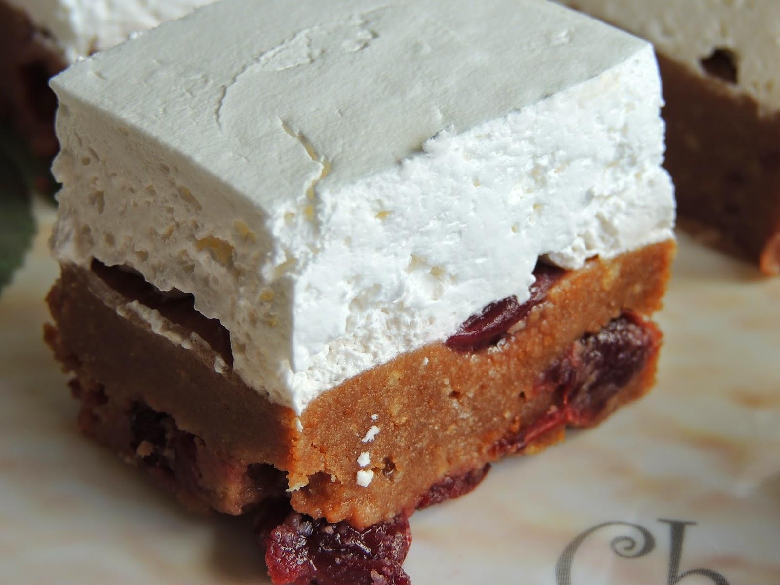 Jednostavan kolac sa visnjama i slatkom pavlakom