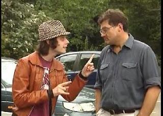 un hombre intentando vender un caset usado a otro