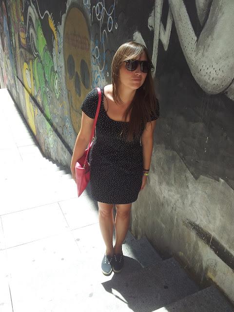 Vestido stretch ideal para el verano, con bambas victoria y bolso carita bonita