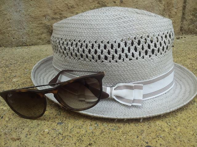 Vestido bicolor de la compañía fantástica, sombrero borsalino de hazel y gafas rayban