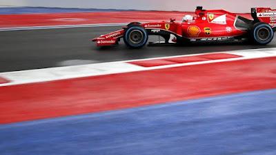 buongiornolink - Vettel, metà pista bagnata ma divertente