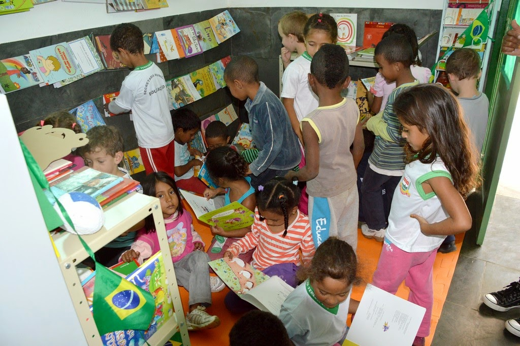 Alunos conhecem o espaço literário, que conta com cerca de 260 livros