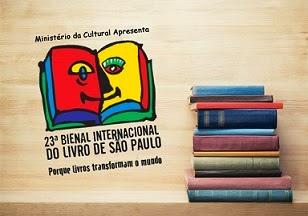Descrição da imagem: Ao lado esquerdo, ilustração de um livro multicolorido aberto, a página esquerda é vermelha e a direita amarela, sobre elas, o desenho de uma carinha sorridente. Acima lê-se: Ministério da Cultura Apresenta; abaixo está escrito: Vigésima terceira Bienal Internacional do Livro de São Paulo. Porque livros tranformam o mundo. Ao lado, foto de uma pilha de livros, cada um de uma cor.  Fim da descrição.
