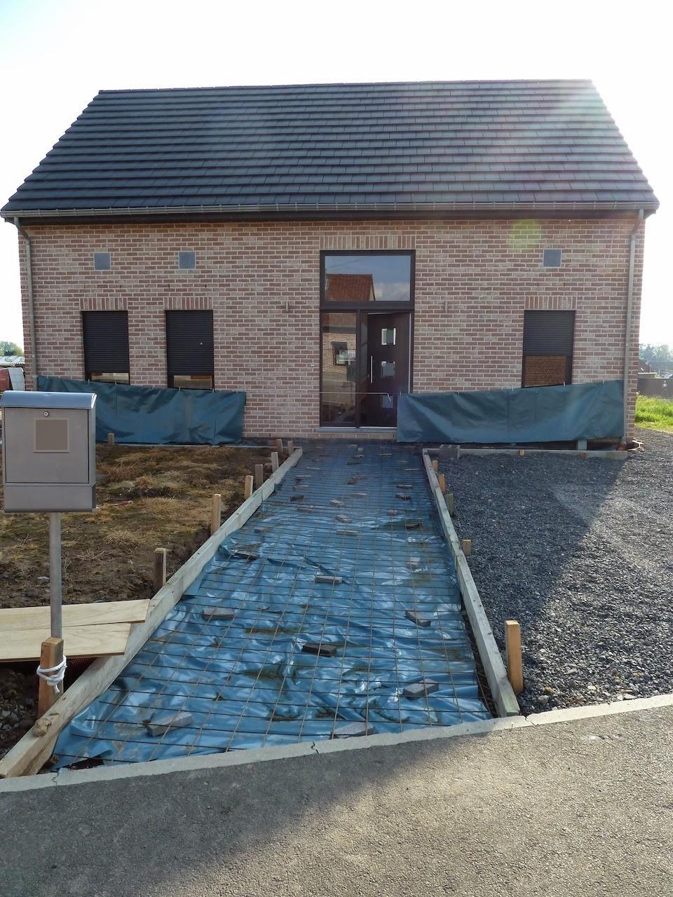 La construction de notre maison pr paration des trottoirs for Autour de maison