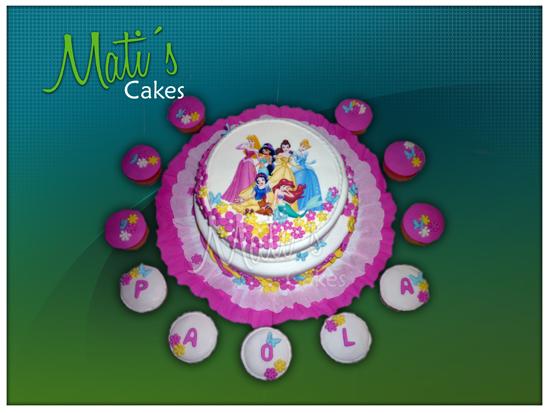 torta decorada con las princesas de disney con detalles de flores de ...