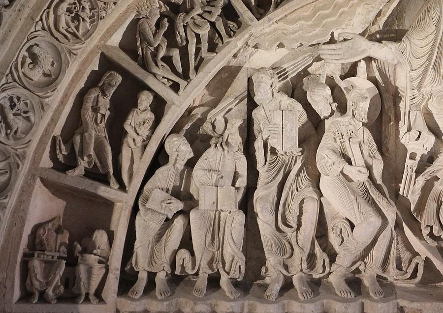 vézelay : village sacré sur le chemin de st jacques de compostelle appelée la colline inspirée