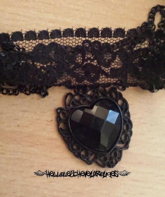 Collier ras de cou gothique dentelles et coeur noir www.hellolescheveuxrouges.com