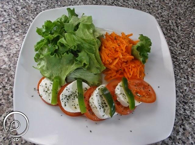 Salsa picada e pimentão para decoração - Salada caprese com queijo fresco - Ideia do Dia 1
