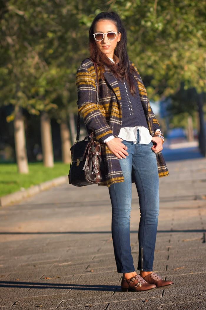 Look comodo con jeans Diesel y abrigo de cuadros