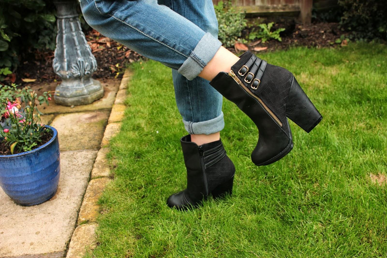 UK fashion blogger styles boyfriend fit jeans