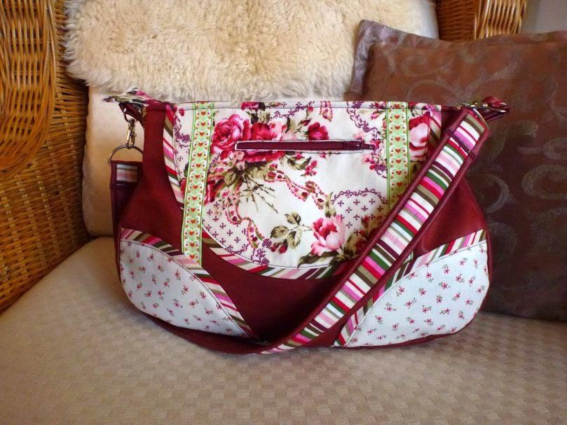 Schnabelina Bag in klein aus rotem Kunstleder und Rosenstoffen