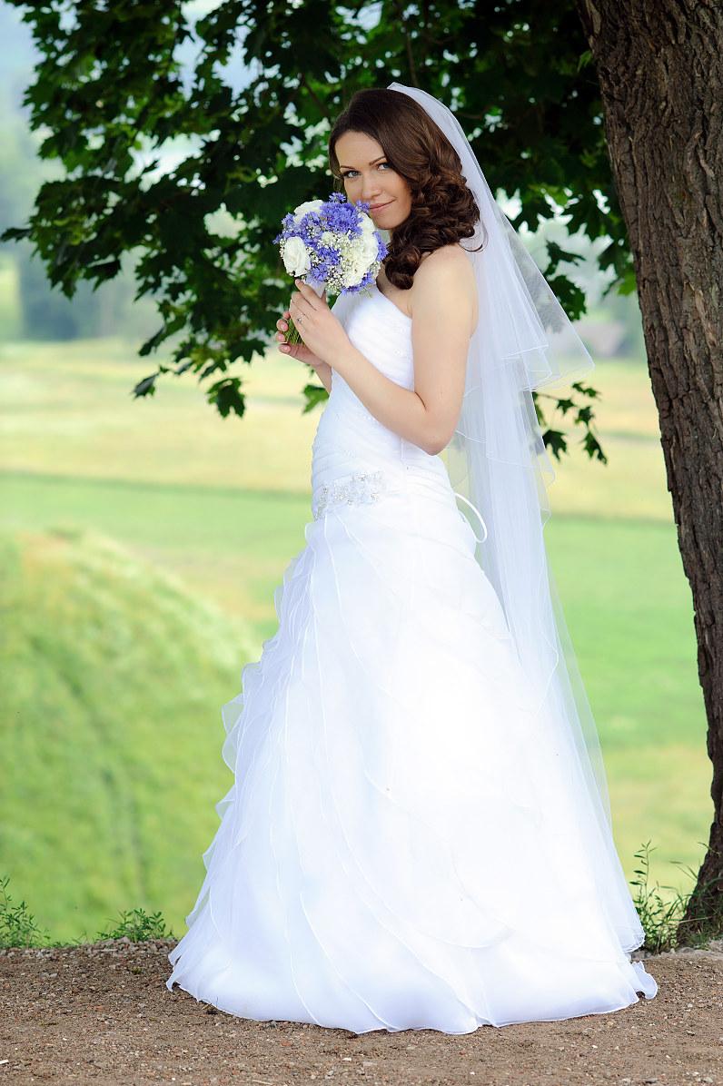 stilinga nuotakos suknelė su rugiagėlėmis