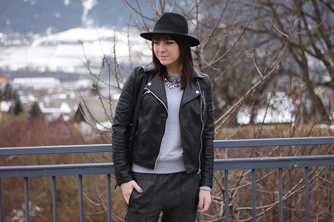 outfit-trend-fashionblogger-sweater-grau-foxxshirts-lederjacke-bikerjacke-zara-hose-baggy-boots-mango