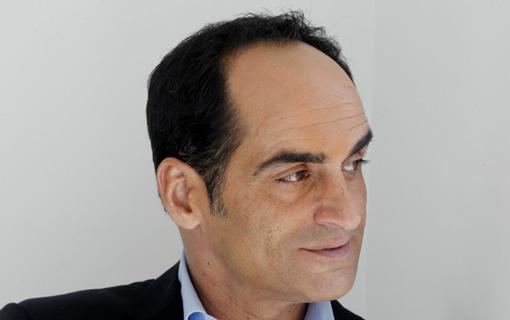 Navid Negahban (Abu Nazir) en Arrow