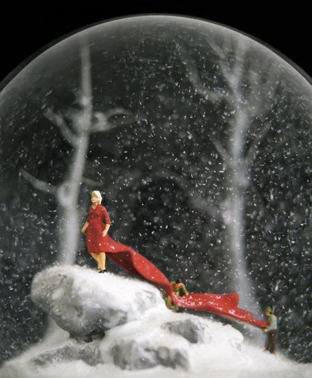 """""""Bir kar küresinin içindeki isimsiz ışıltılar gibi,yanıp-sönüyorduk galiba birbirimize hep, hiç değ"""