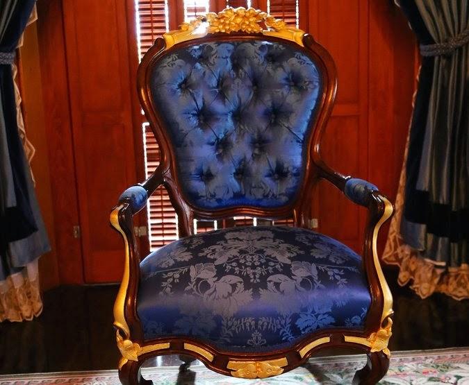 kék szék, arany lábakkal
