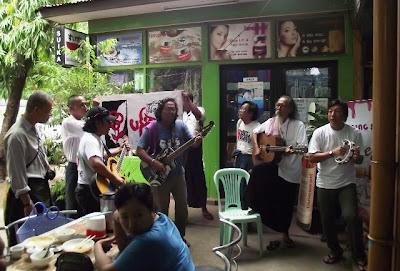 ကခ်င္ေဒသအေရးအတြက္ လက္ဘက္ရည္ဆုိင္မ်ားတြင္ သီဆုိေဖ်ာ္ေျဖ  – Musicians for Kachin State