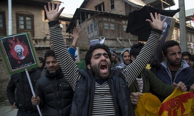 Um homem Kashmiri muçulmano xiita grita palavras de ordem contra a execução de al-Nimr, durante o protesto.