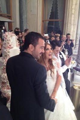 demet-akalın-düğün-pastası-önünde-fotoğraf