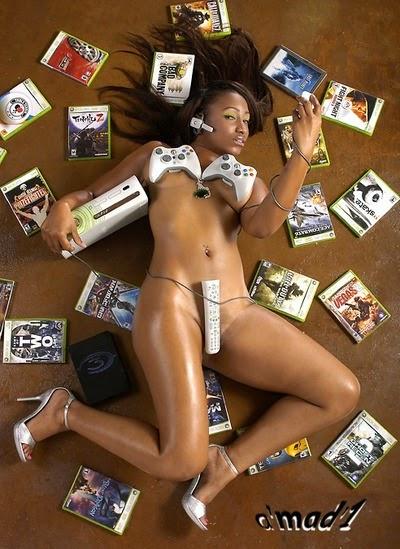 photo d'une Gameuse sexy nue allongée au mileiu de jeux xbox360