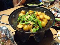 Wok de pommes de terre et légumes épicés