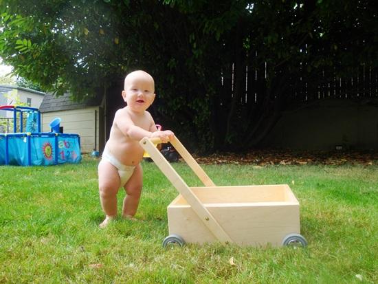 Giúp bé tập đi nhanh chóng với các loại xe tập đi cho bé