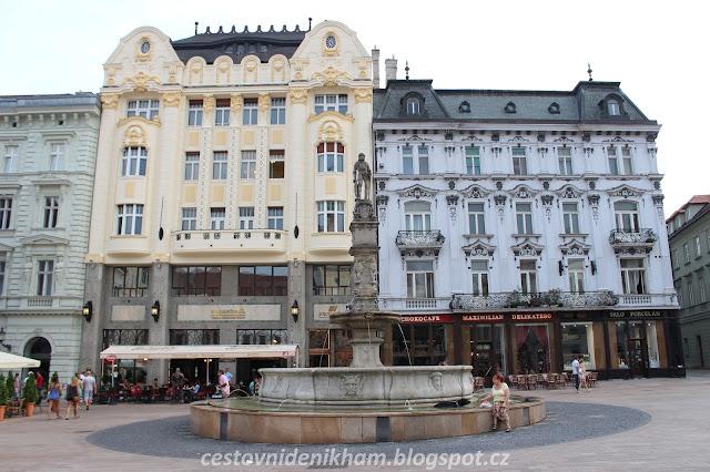 bratislavské náměstí a kašna // Bratislava square and fountain