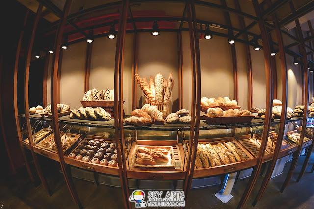 Le Pont Boulangerie et Café Breads on shelves