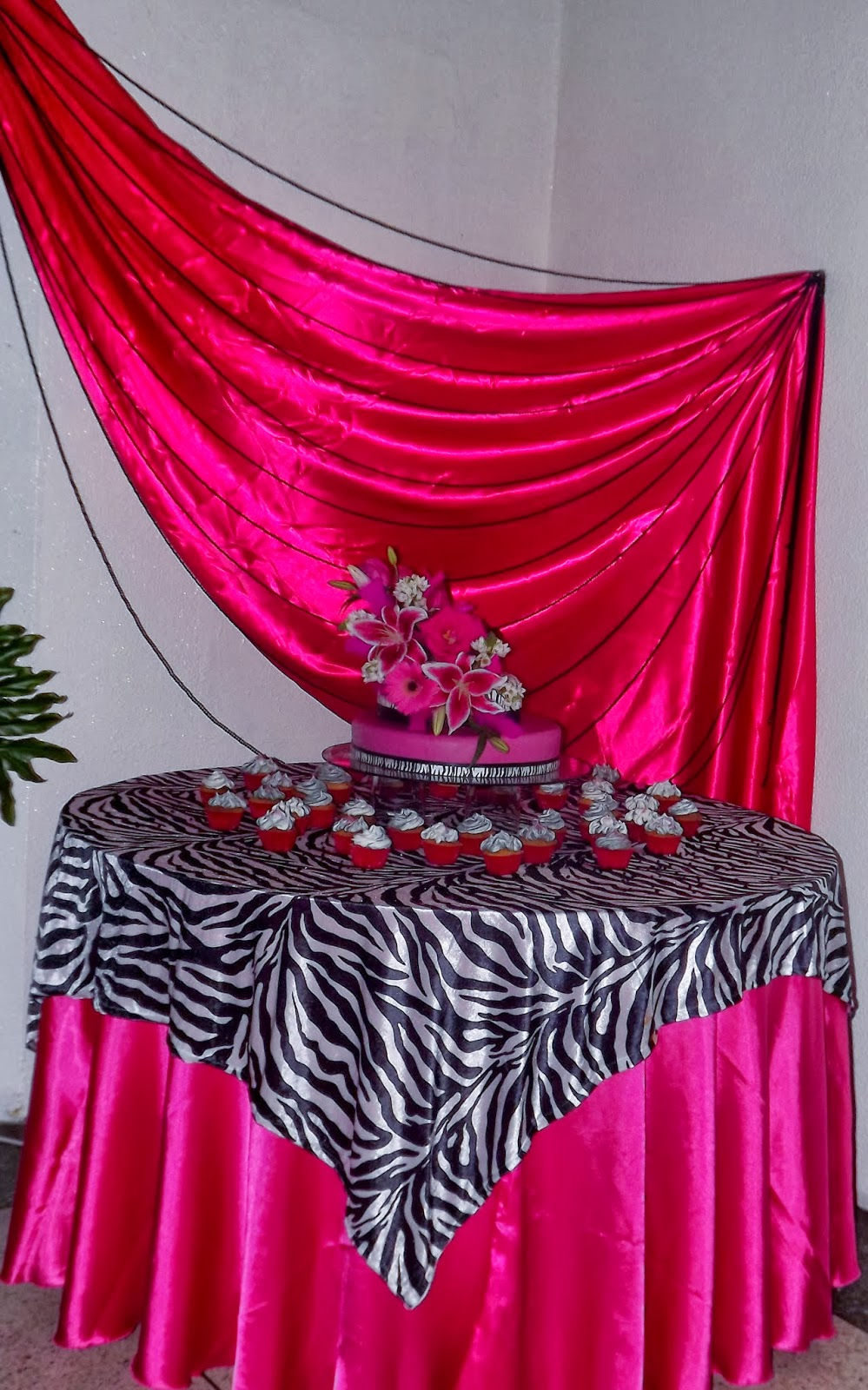 Tortas y decoraciones 15 a os fucsia y cebra for Decoracion de pared para 15 anos