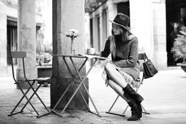 Chica leyendo en un café