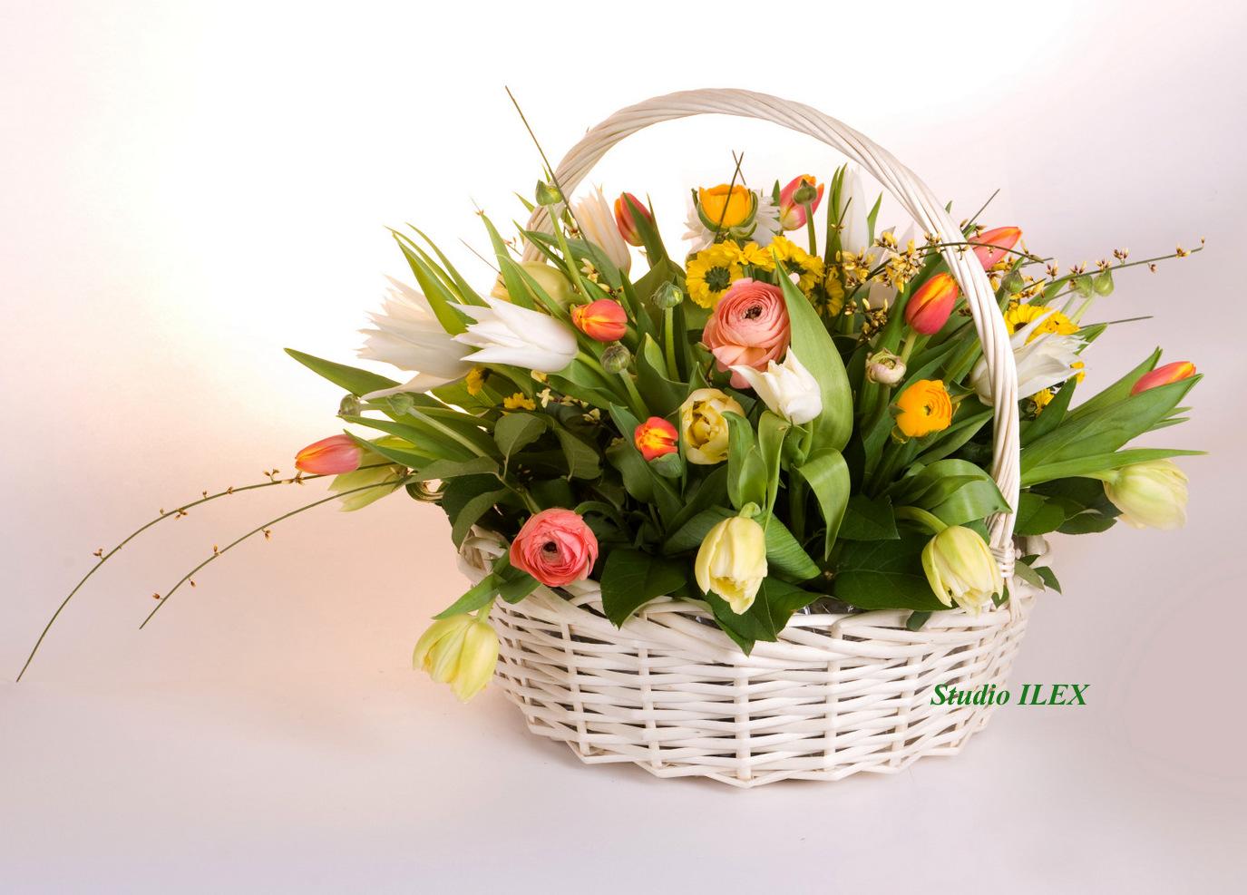 Фото корзины с весенними цветами