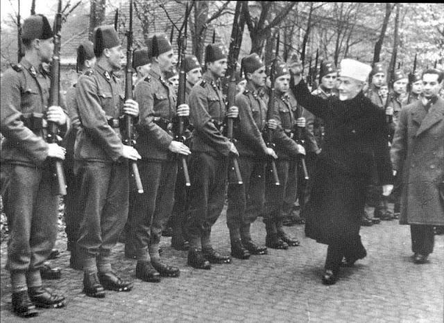 """Bosnalı Müslüman 13. SS Waffen Dağ Tümeni """"Handschar""""a bağlı gönüllüleri selamlıyor, Kasım 1943"""