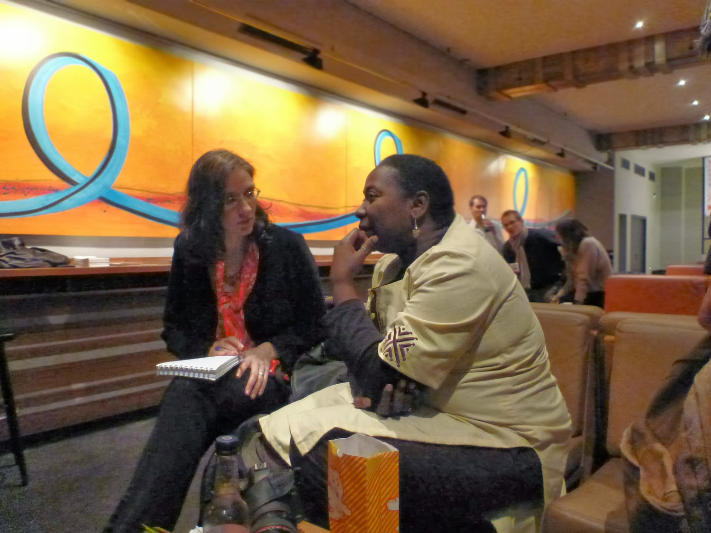 Zwei Frauen im Gespräch