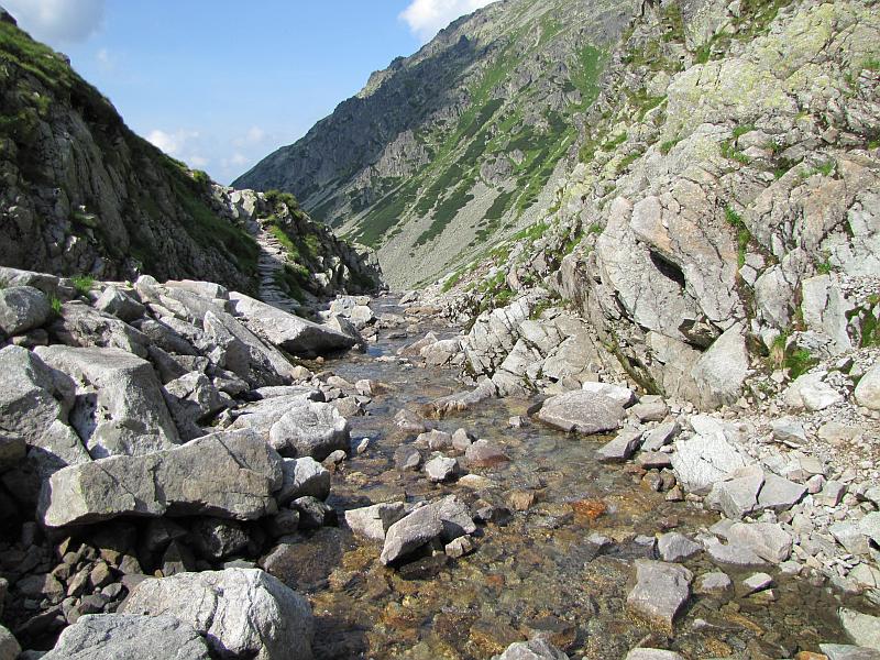 Potok wypływający ze Zmarzłego Stawu Gąsienicowego.