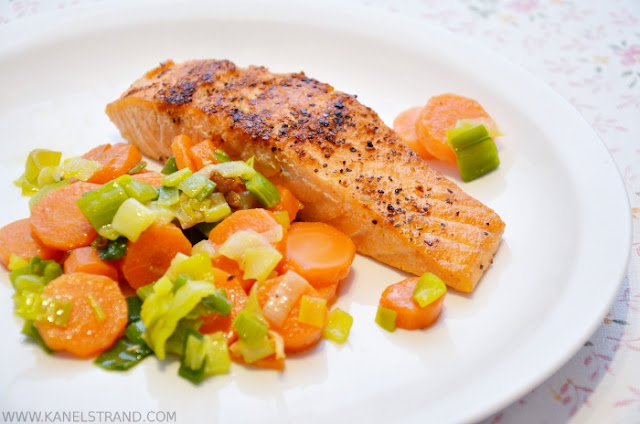 Simple and Healthy Recipe: Salmon with Leeks and Carrots