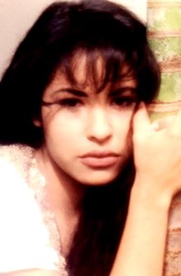 Foto de Selena con el rostro nostálgico