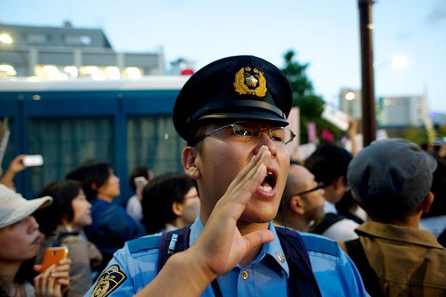 Policía en manifestación en Japón