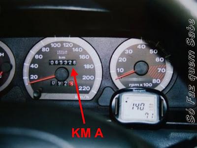Anotando a quilometragem inicial para calcular a média de consumo de combustível.
