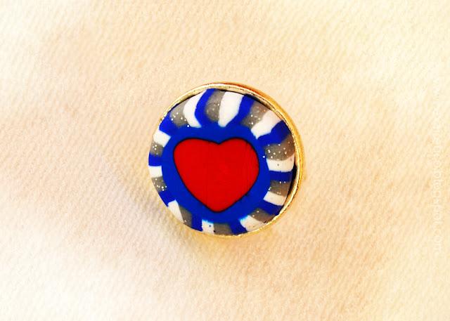 Δαχτυλίδι καρδιά από πολυμερικό πηλό (fimo) σε κόκκινη - μπλε - λευκή απόχρωση και μεταλλική βάση.