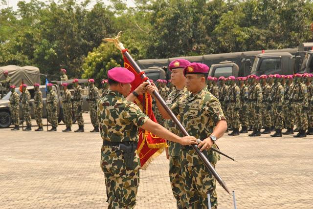 Kolonel Marinir Werijon menerima bendera dari Dankormar Mayjen TNI (Mar) Buyung Lalana