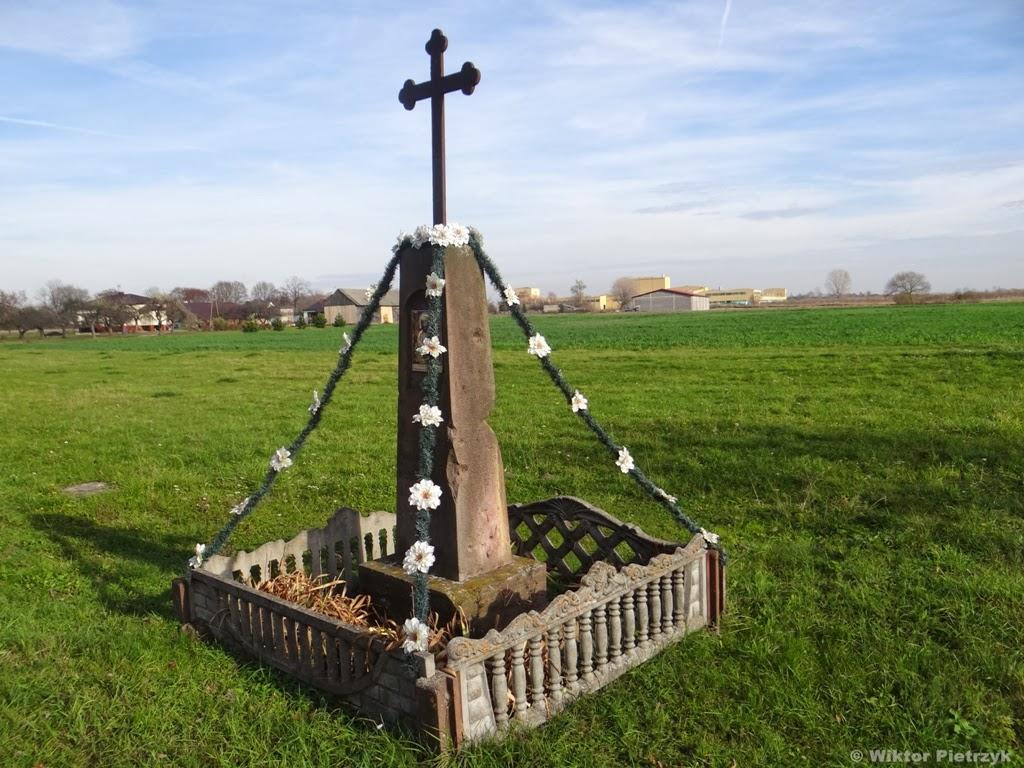 Przydrożny krzyż z lat 30. XX wieku (na kolumnie posiada datę ufundowania oraz krótką inskrypcję) w Paradyżu noszący ślady ostrzału ze stycznia 1945 r. Foto. Wiktor Pietrzyk
