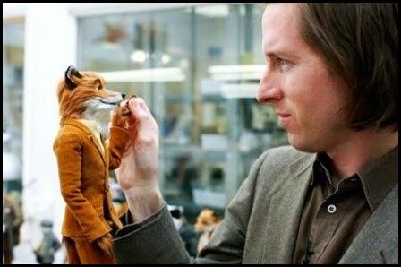 Wes Anderson con la figura del protagonista de Fantástico Mr. Fox, rodada con stop-motion