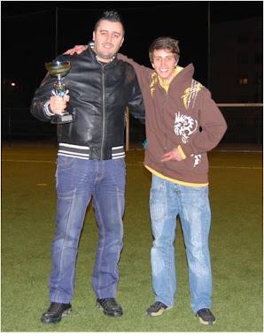 Mister Paulo Couto e Adjunto Fábio com a Taça da Superliga Fut 7