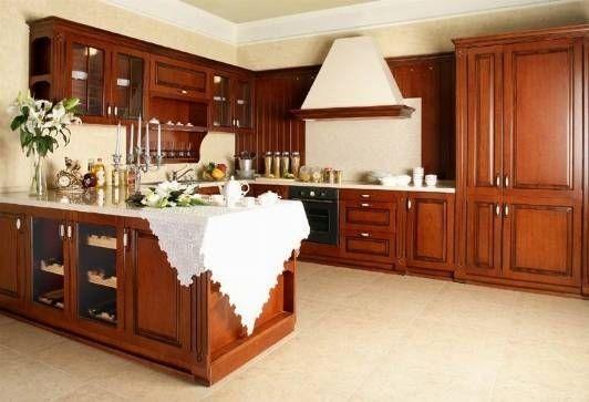 Foto de cocina clásica con muebles en madera maciza que impone el